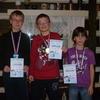 Mladší šampioni ve slalomu: Tom (2.), David (1.) a Honza (3.)