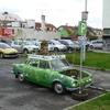 Rozkvetlé auto v ulicích města