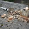Za posledního větrného víkendu se navíc na střechu zřítil zchátralý komín.