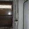 do objektu zatéká rozpadající se azbestovou střechou.